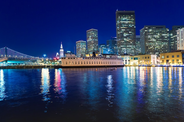 San francisco sunset skykine do pier 7 na califórnia Foto Premium