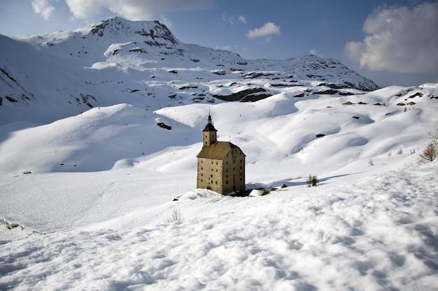 San gottardo em paisagem de neve Foto gratuita
