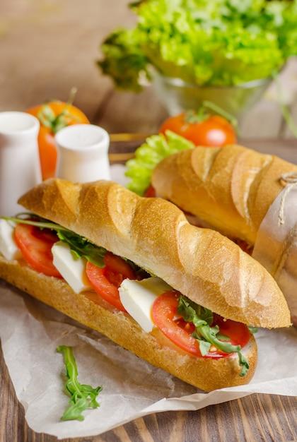 Sanduíche caprese caseiro orgânico com tomate, mussarela. Foto Premium