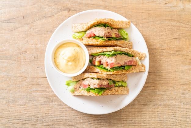 Sanduíche caseiro de atum Foto Premium