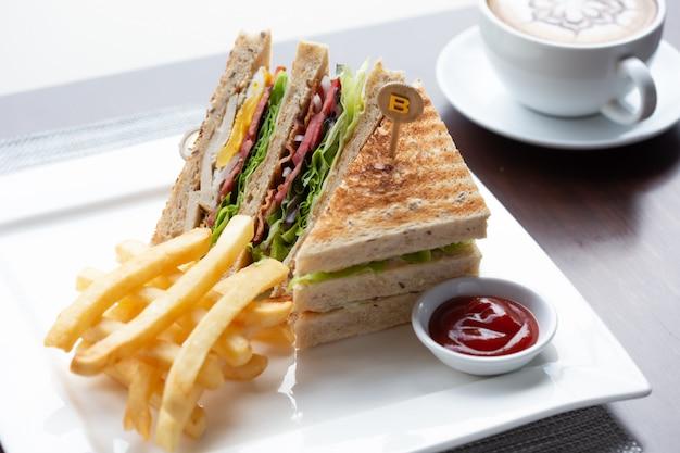 Sanduíche com batatas fritas e molho de tomate Foto Premium