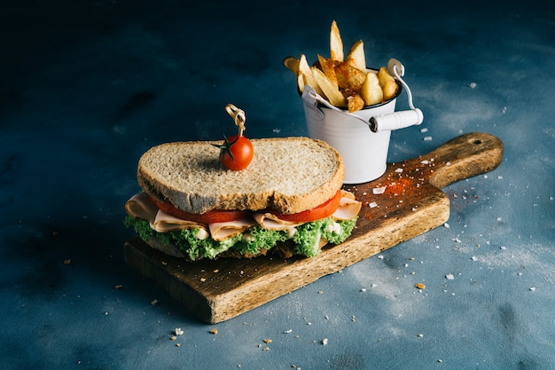 Sanduíche com batatas fritas Foto gratuita