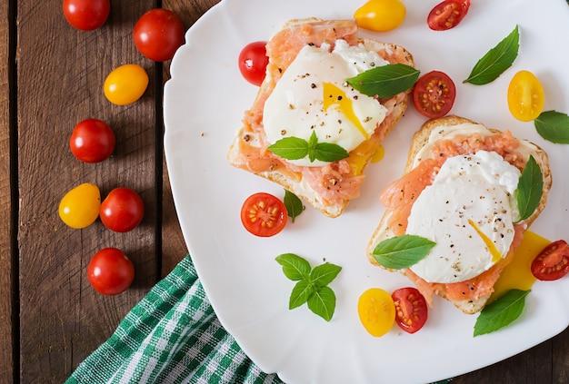 Sanduíche com ovos escalfados com salmão e cream cheese Foto gratuita