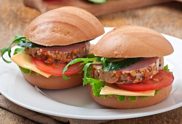 Sanduíche com presunto, queijo e legumes frescos Foto gratuita