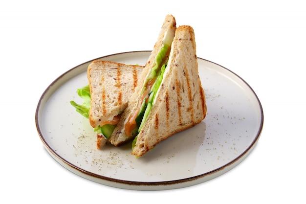 Sanduíche com salmão, pepino, salada e queijo isolado no branco Foto Premium