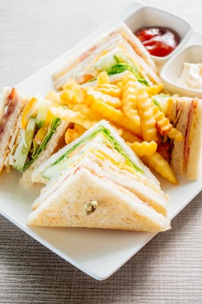 Sanduíche com vegetais e molho Foto gratuita
