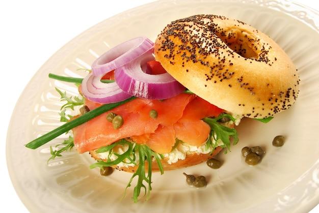 Sanduíche de bagel de salmão fumado Foto gratuita