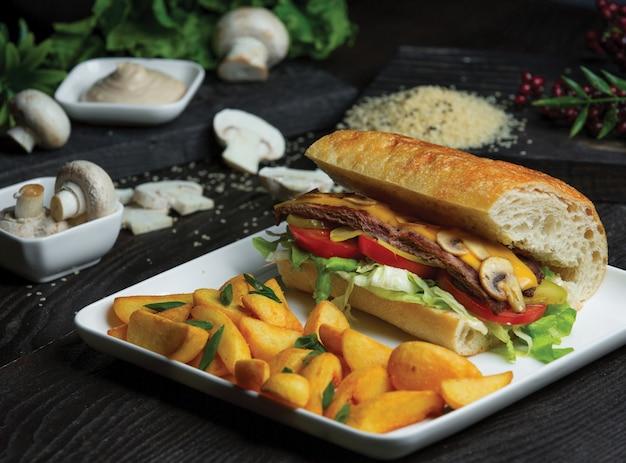 Sanduíche de baguete com omelete de cogumelos e batatas tradicionais assadas. Foto gratuita