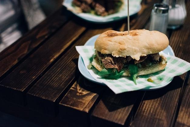 Sanduíche de bife argentino Foto gratuita