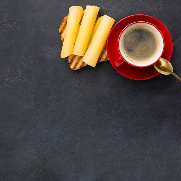 Sanduíche de café e queijo Foto gratuita