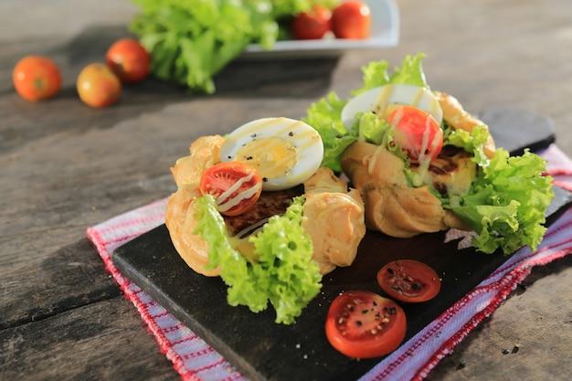 Sanduíche de legumes com ovo cozido, legumes e molho de maionese Foto Premium