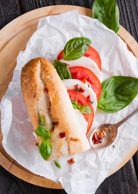 Sanduíche de mussarela vista superior em uma mesa Foto gratuita