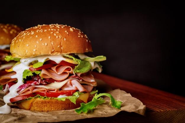 Sanduíche de presunto caseiro de peru com alface, tomate e queijo Foto Premium