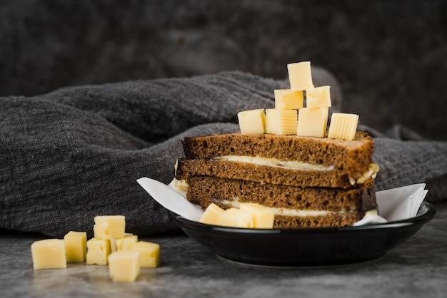 Sanduíche de queijo de ângulo alto no prato Foto gratuita