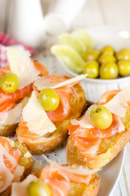 Sanduíche de salmão fresco com queijo e azeitonas Foto Premium