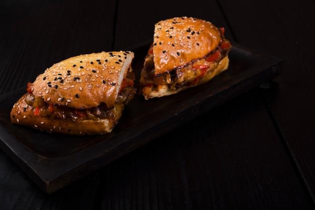 Sanduíche delicioso cortado ao meio pronto para ser servido Foto gratuita