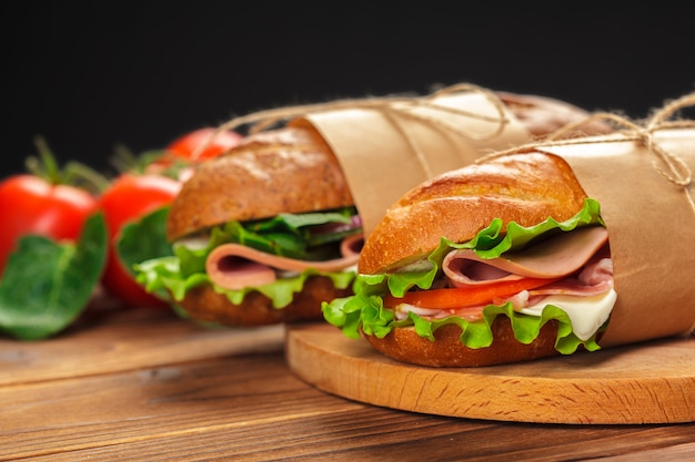 Sanduíche em uma mesa de madeira Foto Premium