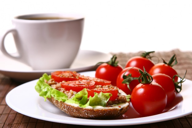 Sanduíche fresco com legumes frescos e café Foto gratuita