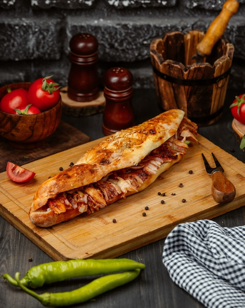 Sanduíche na baguete com recheio. Foto gratuita