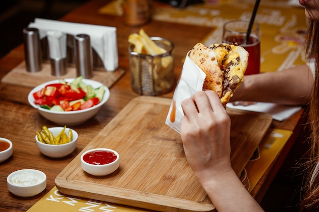 Sanduíche no pão árabe na placa de madeira Foto gratuita