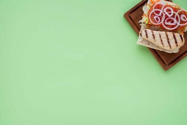 Sanduíche saboroso na placa de madeira Foto gratuita