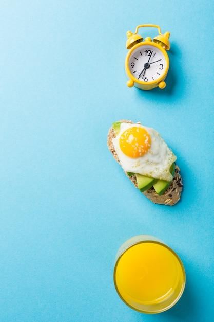 Sanduíche saudável com abacate fresco e ovos de codorna fritos Foto Premium