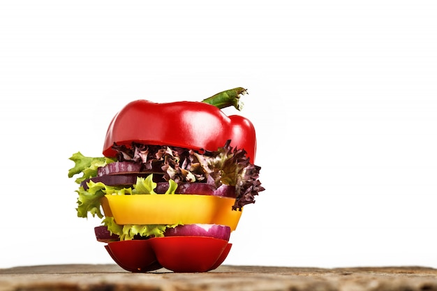 Sanduíche saudável com pimenta fresca, cebola, alface salada. dieta de desintoxicação. Foto gratuita