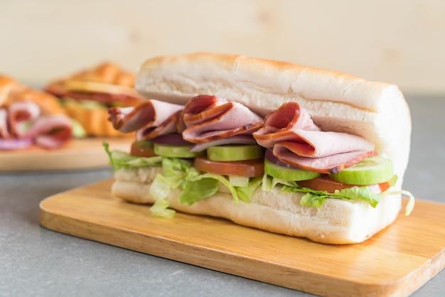 Sanduíche submarino de presunto e salada Foto gratuita