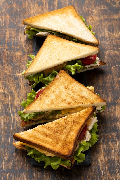Sanduíche triangular alto com tomates Foto gratuita