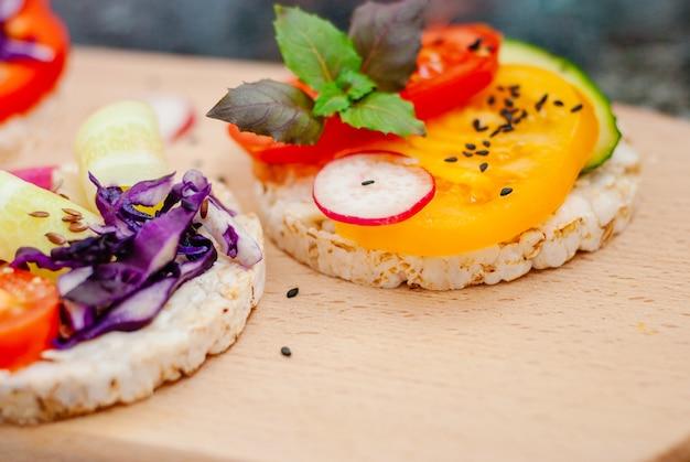 Sanduíches abertos de bolos de arroz com cream cheese Foto Premium