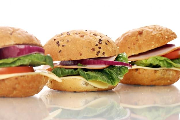 Sanduíches caseiros isolados no branco Foto gratuita