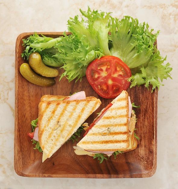 Sanduíches com alface, presunto, queijo, peito de frango, picles Foto Premium
