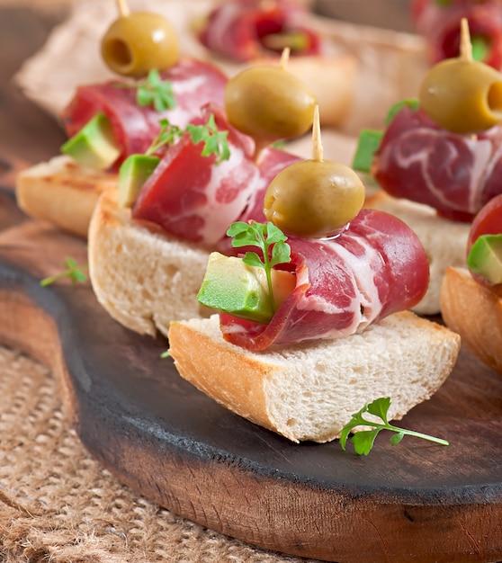 Sanduíches com arenque, beterraba e pepino em conserva Foto gratuita