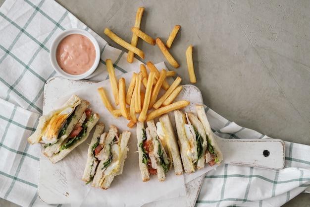 Sanduíches com batata frita Foto gratuita