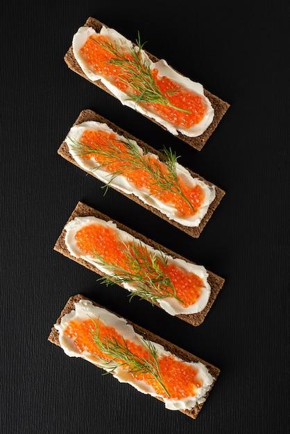 Sanduíches com caviar de truta, requeijão, endro, plana leigos, ceto dieta. Foto Premium