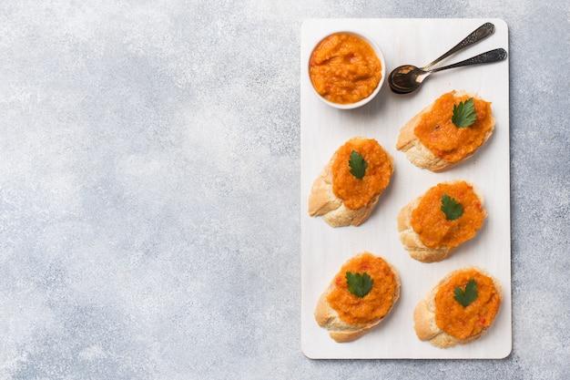 Sanduíches com cebolas de tomate pão caviar abobrinha. comida vegetariana caseira. copyspace. Foto Premium