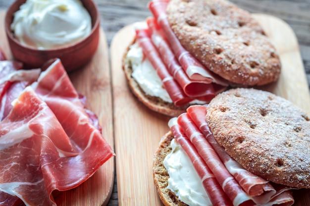 Sanduíches com cream cheese e jamon Foto Premium