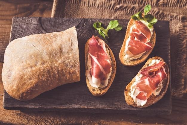 Sanduíches com cream cheese e presunto Foto Premium