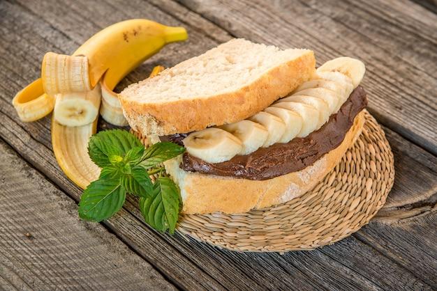 Sanduíches com manteiga de amendoim, geléia e frutas frescas Foto Premium