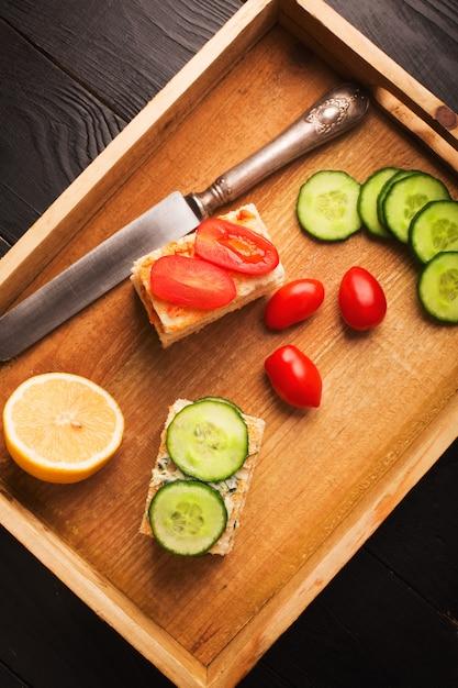 Sanduíches com manteiga e legumes Foto Premium