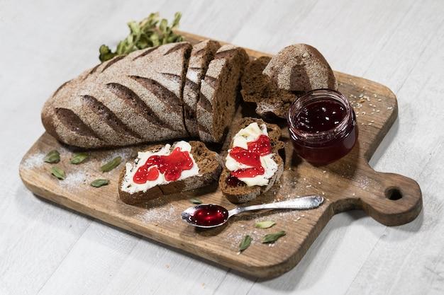 Sanduíches com pão, manteiga e geléia Foto Premium