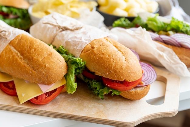 Sanduíches de close-up na mesa Foto gratuita