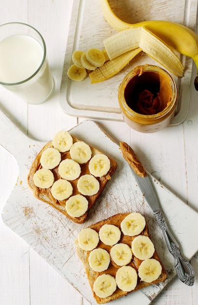 Sanduíches de manteiga de amendoim com banana Foto gratuita