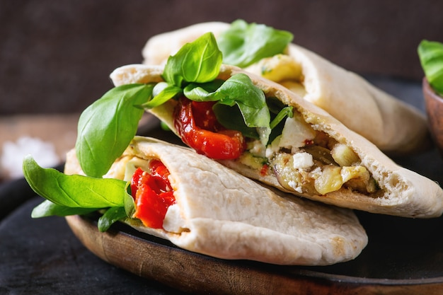 Sanduíches de pão pita com legumes Foto Premium
