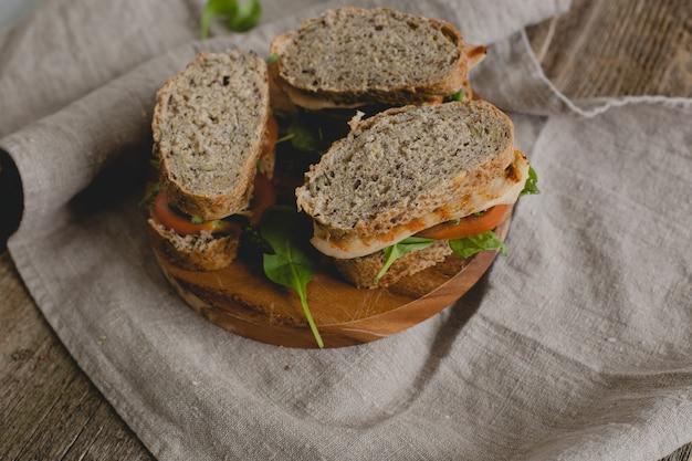 Sanduíches em cima da mesa Foto gratuita