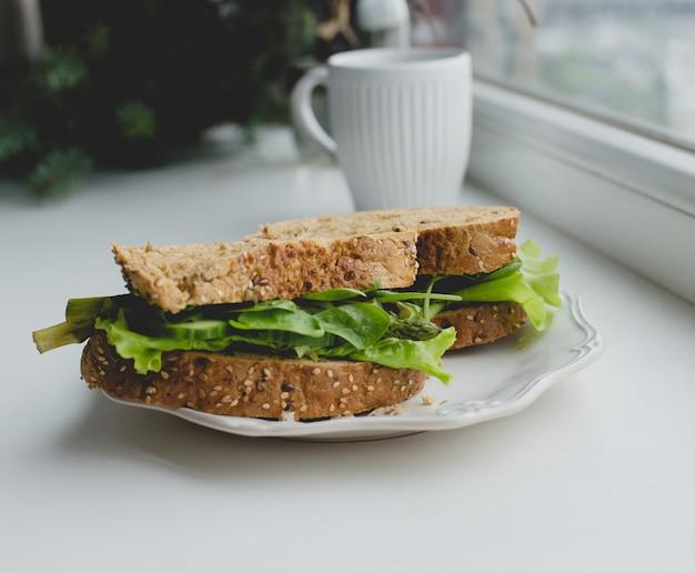 Sanduíches no peitoril da janela Foto gratuita