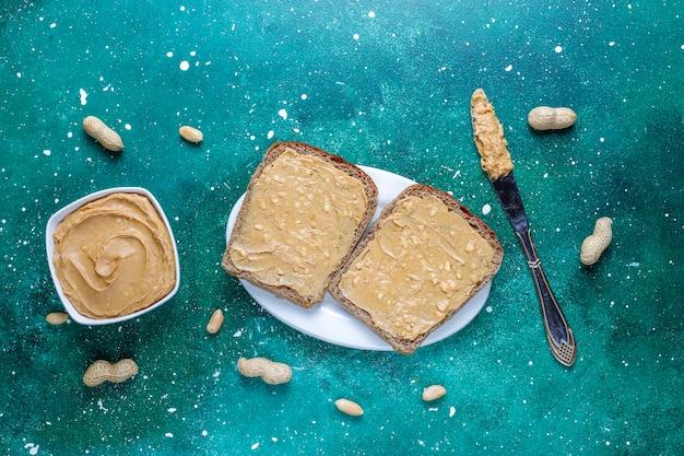 Sanduíches ou torradas de manteiga de amendoim. Foto gratuita