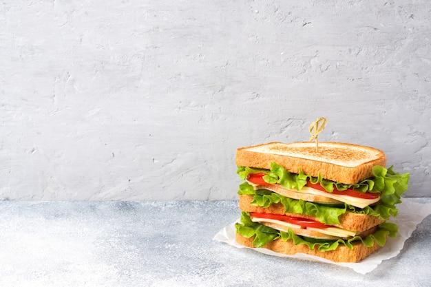 Sanduíches saborosos e frescos em uma mesa de luz cinza. copie o espaço. Foto Premium