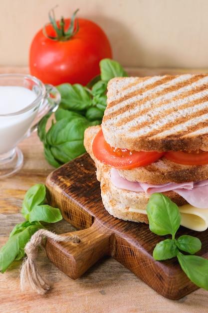 Sandwish com presunto e queijo Foto Premium