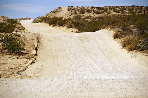 Sandy desert road Foto gratuita